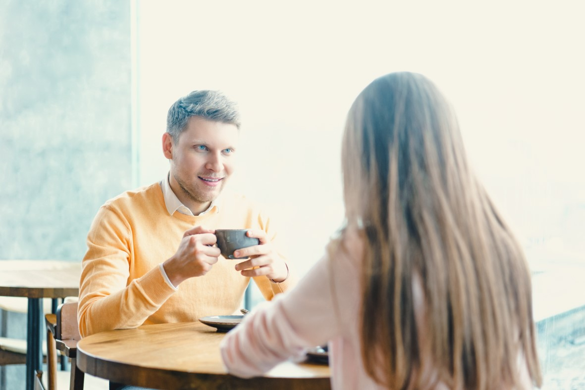 Extrovertiertes Mädchen, das introvertierten Typen